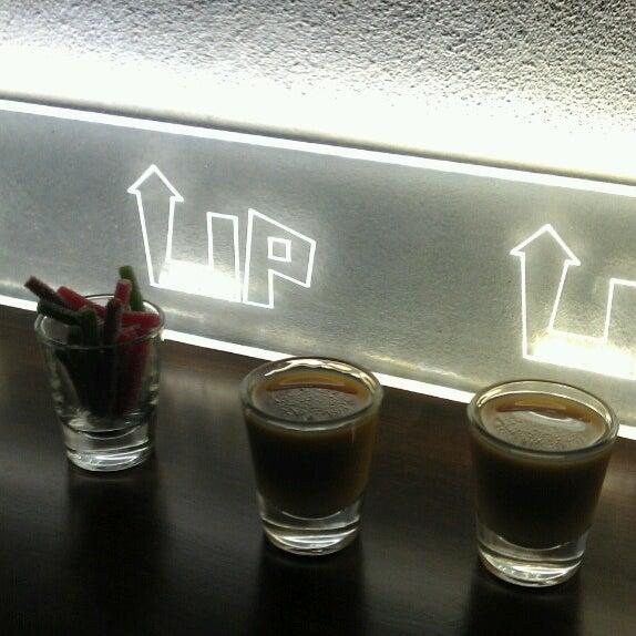รูปภาพถ่ายที่ Up Shot Bar โดย Agnes M. เมื่อ 5/28/2013
