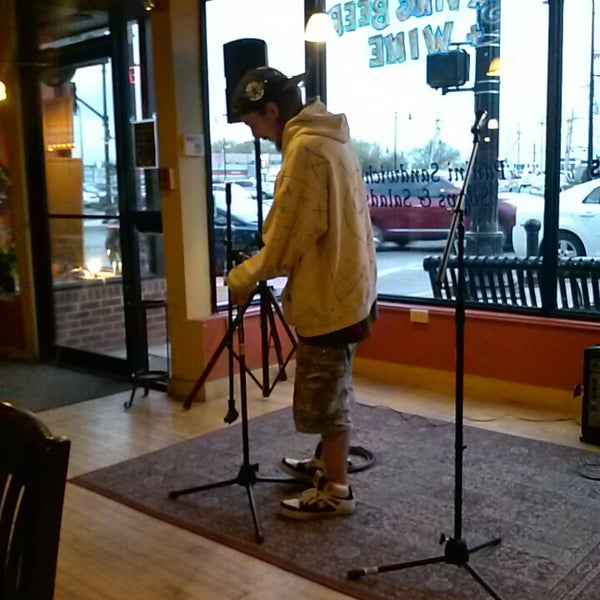 Foto tirada no(a) Dedham Square Coffeehouse por Jim G. em 5/2/2013
