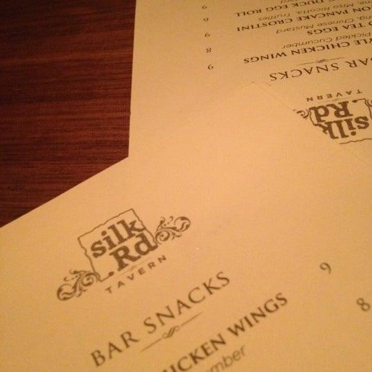 Foto diambil di Silk Rd Tavern oleh Angel S. pada 11/9/2012