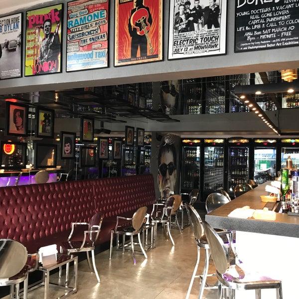 Foto diambil di Velvet36 Rock'n Roll Bar oleh Helio J. pada 1/3/2018