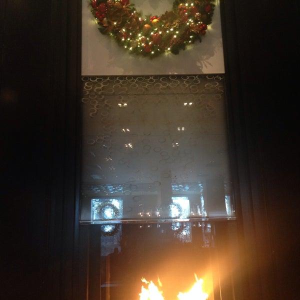 Снимок сделан в SOUTHGATE Bar & Restaurant пользователем Elle R. 12/4/2014