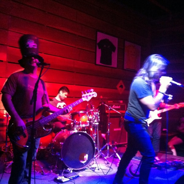 Foto tomada en Ozzie Pub por Fabiola V. el 3/17/2013