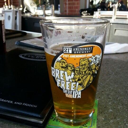 รูปภาพถ่ายที่ Tyler's Restaurant & Taproom โดย John H. เมื่อ 11/11/2012