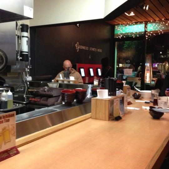12/23/2012 tarihinde Robert T.ziyaretçi tarafından Tatsu Ramen'de çekilen fotoğraf