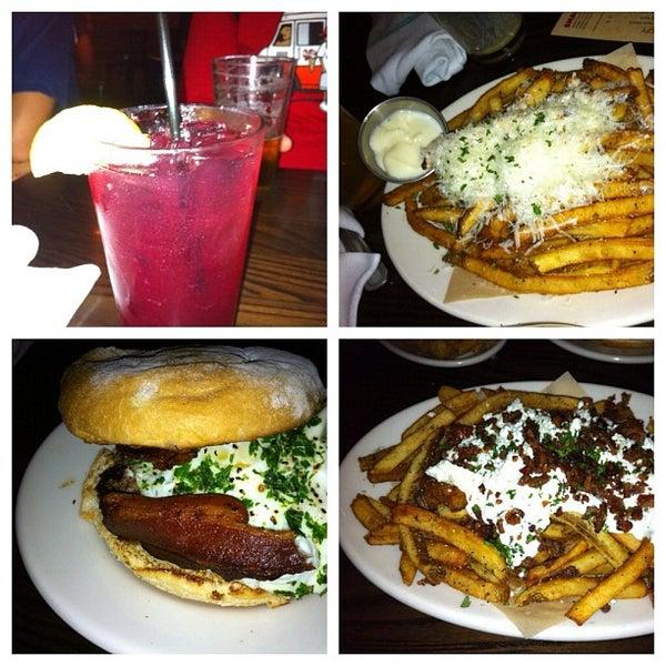 Foto tirada no(a) DMK Burger Bar por Joe S. em 8/4/2012