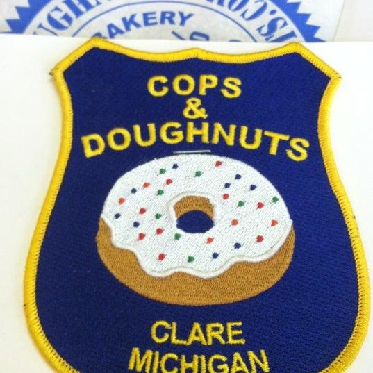 รูปภาพถ่ายที่ Cops & Doughnuts Bakery โดย Jeff E. เมื่อ 10/10/2012