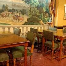 La salle du petit-déjeuner et sa tapisserie...