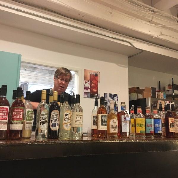 Foto tomada en Eastside Distilling por Bonnie Ridley K. el 11/24/2018