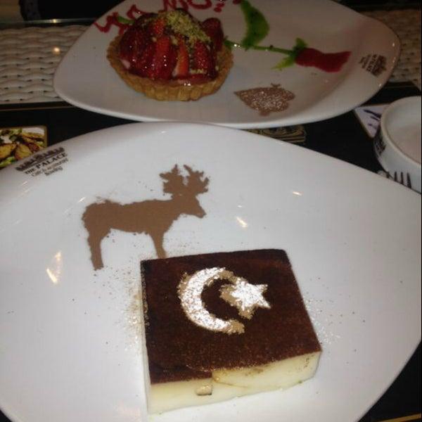 12/4/2012 tarihinde 👠📿ziyaretçi tarafından Palace Cafe Restaurant & Bowling'de çekilen fotoğraf