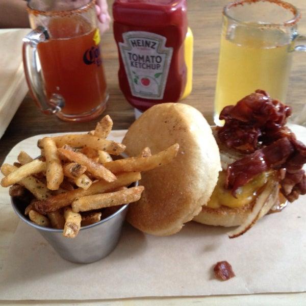 8/3/2013にMarがSmokey's Burger Houseで撮った写真