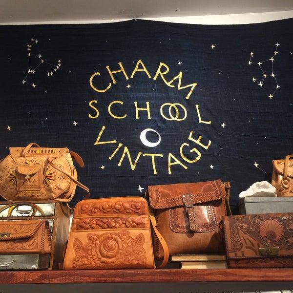 Das Foto wurde bei Charm School Vintage von 🐍Ssstephanie am 5/2/2016 aufgenommen