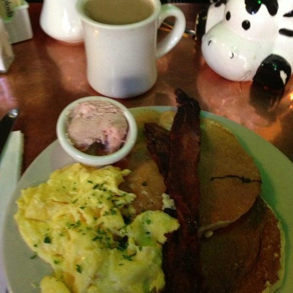 2/17/2013 tarihinde Sally S.ziyaretçi tarafından Good Enough to Eat'de çekilen fotoğraf
