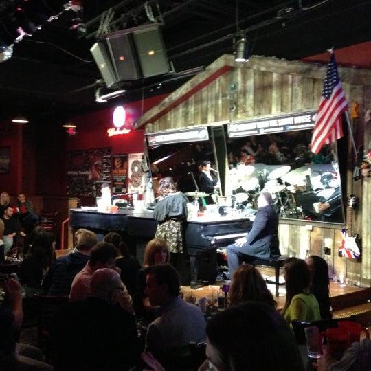 Das Foto wurde bei Shout House Dueling Pianos von Oscar C. am 10/19/2012 aufgenommen