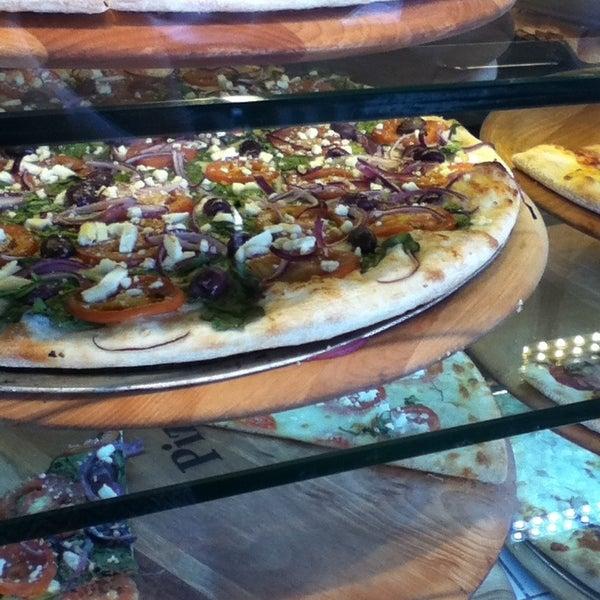 Foto diambil di Pizza on Pearl oleh Sarah M. pada 6/21/2013
