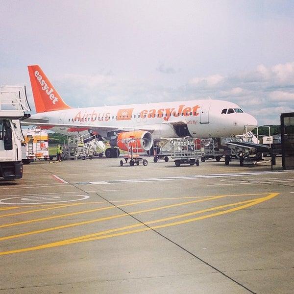 Das Foto wurde bei Edinburgh Airport (EDI) von Heather C. am 6/26/2013 aufgenommen