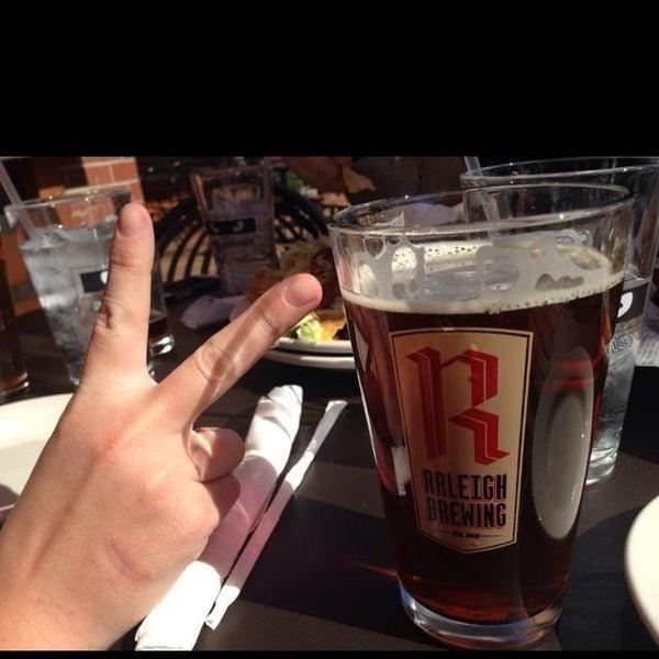 รูปภาพถ่ายที่ Tyler's Restaurant & Taproom โดย Tony V. เมื่อ 10/25/2013