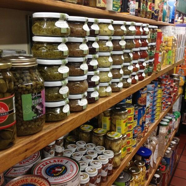 Das Foto wurde bei Mona Lisa Italian Restaurant von Debbie C. am 7/30/2013 aufgenommen