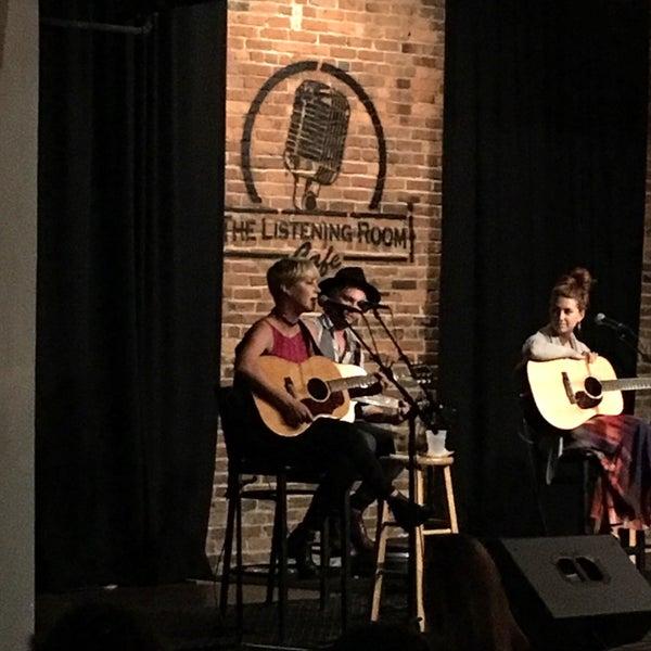 Foto scattata a The Listening Room Cafe da Tim R. il 9/24/2016