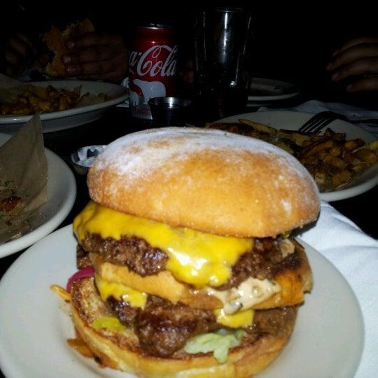 Foto tirada no(a) DMK Burger Bar por Alfares A. em 12/5/2012