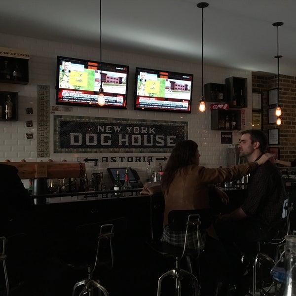 รูปภาพถ่ายที่ New York Dog House โดย Andrew T. เมื่อ 11/27/2015