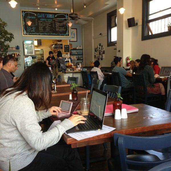 Das Foto wurde bei Cafe St. Jorge von Camila F. am 8/18/2013 aufgenommen