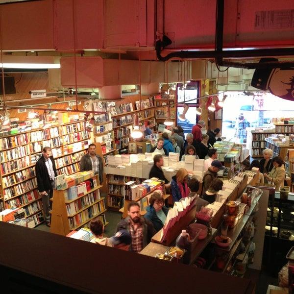 Photo prise au Kramerbooks & Afterwords Cafe par Stephanie Y. le3/31/2013