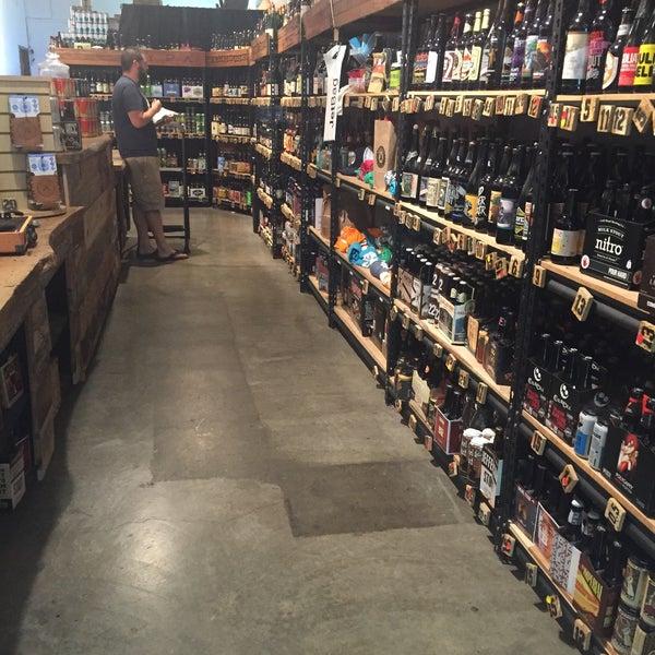 Das Foto wurde bei WhichCraft Beer Store von Rey D. am 3/29/2016 aufgenommen