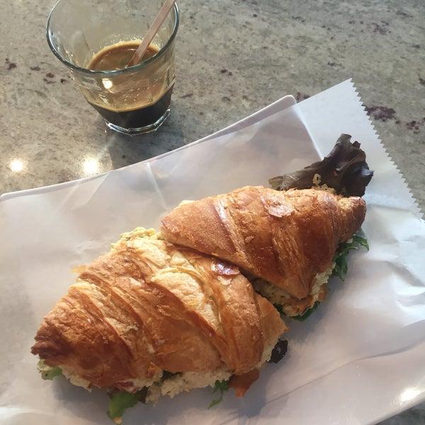 รูปภาพถ่ายที่ Croissanteria โดย Liza เมื่อ 9/14/2016