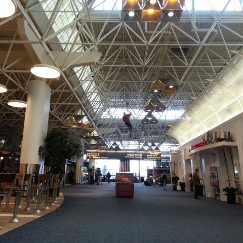 Foto tirada no(a) General Mitchell International Airport (MKE) por Shadi W. em 2/21/2013