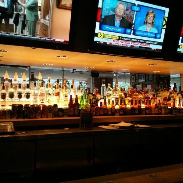 Foto tirada no(a) Huberts Sports Bar & Grill por Paul S. em 7/25/2013