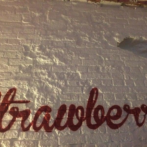 Снимок сделан в Strawberry Haze (18+) пользователем Lexandra P. 11/13/2014