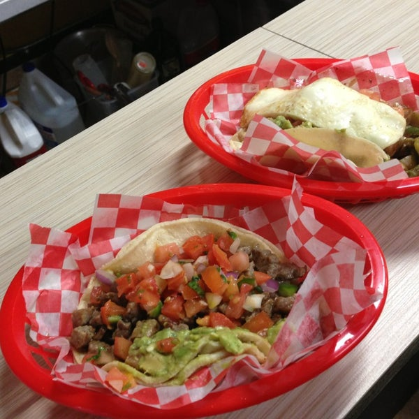 Снимок сделан в Seven Lives - Tacos y Mariscos пользователем Mayte M. 12/27/2012