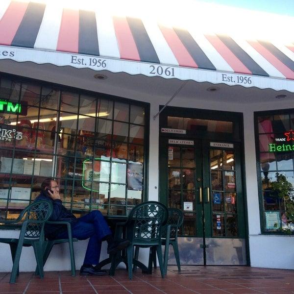 Das Foto wurde bei Mona Lisa Italian Restaurant von Bil B. am 2/1/2013 aufgenommen