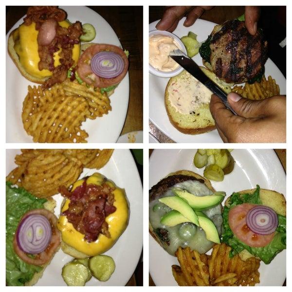 Foto diambil di Ottomanelli's Wine & Burger Bar oleh Tracy A. @. pada 2/12/2013
