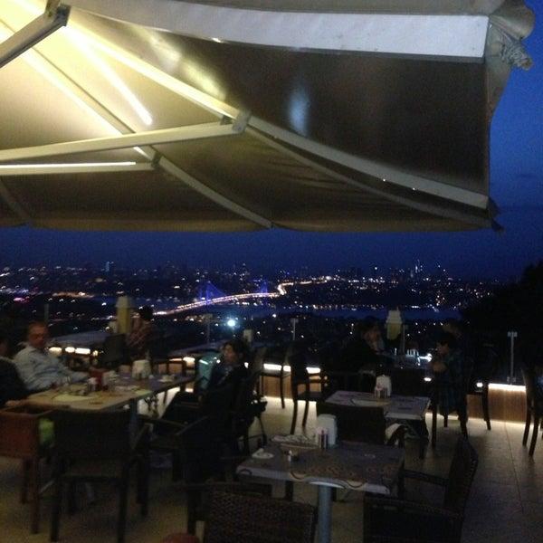 Foto scattata a Desde Cafe & Restaurant da Umut A. il 5/29/2013