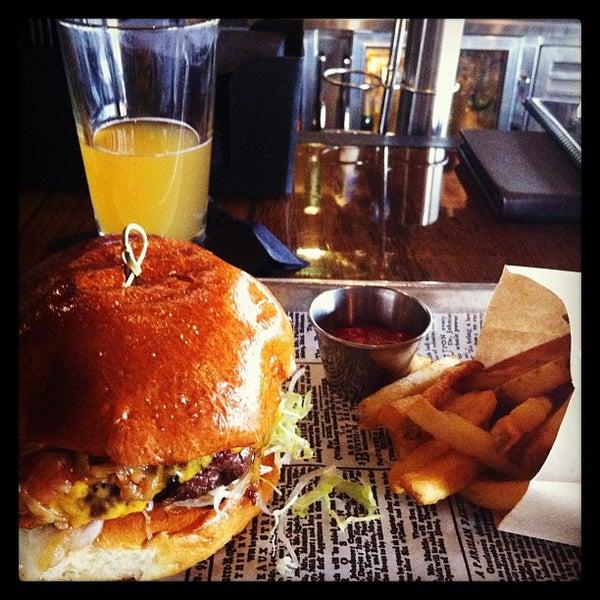 Foto scattata a SmithHouse - BBQ, Burgers, Brews da Carissa H. il 1/5/2013