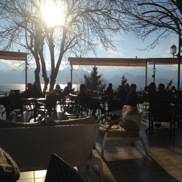 Photo prise au Tapas Cafe Bistro par Eda B. le2/18/2013