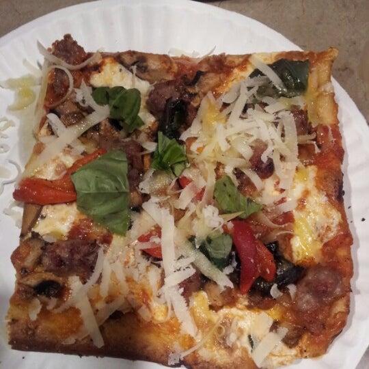 Foto tomada en Nonna's L.E.S. Pizzeria por Raddbarber M. el 12/8/2012