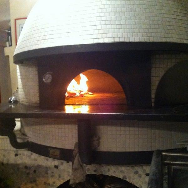 Foto scattata a Menomalé Pizza Napoletana da Jason H. il 5/26/2013