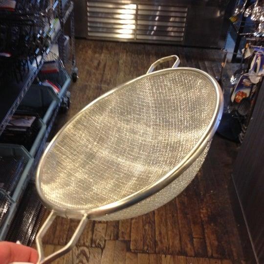 Das Foto wurde bei Bowery Kitchen Supplies von Sandra K. am 11/10/2012 aufgenommen