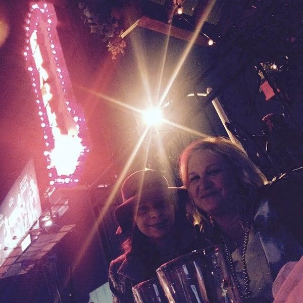 2/18/2015 tarihinde Ted F.ziyaretçi tarafından Pearl's Liquor Bar'de çekilen fotoğraf