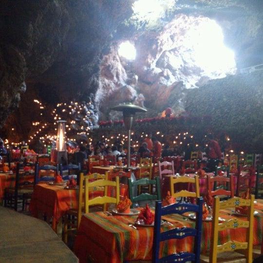 Foto tomada en La Gruta Restaurant por Mateo D. el 12/16/2012