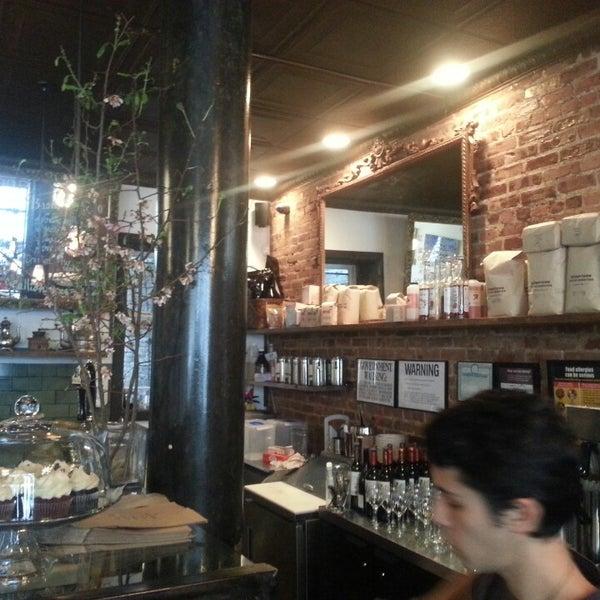 Das Foto wurde bei Lenox Coffee von Brent C. am 3/15/2013 aufgenommen