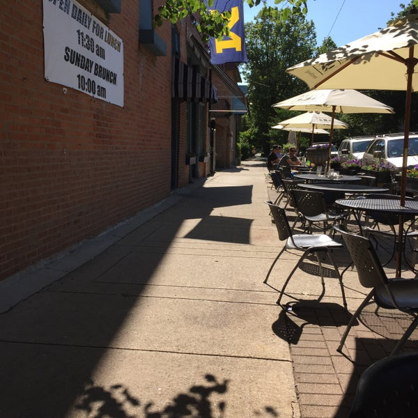 Foto tirada no(a) Four Farthings Tavern & Grill por Cindy em 6/23/2015