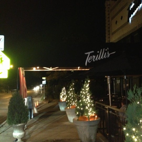 รูปภาพถ่ายที่ Terilli's โดย Tim W. เมื่อ 11/8/2012
