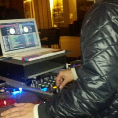 Foto scattata a Plunge Rooftop Bar & Lounge da Sterling V. il 1/7/2012