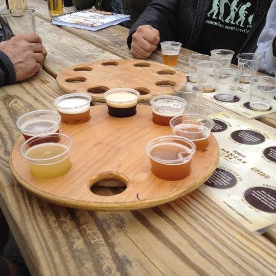 Foto tirada no(a) Hangar 24 Craft Brewery por D&E Casino Services B. em 3/31/2012