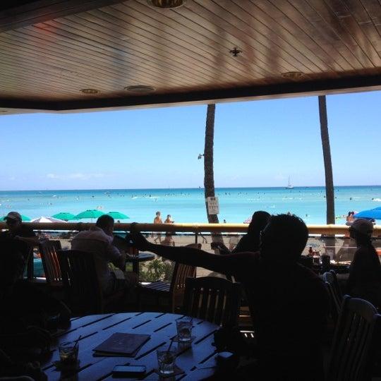 Foto tomada en Duke's Waikiki por Sid K. el 9/3/2012