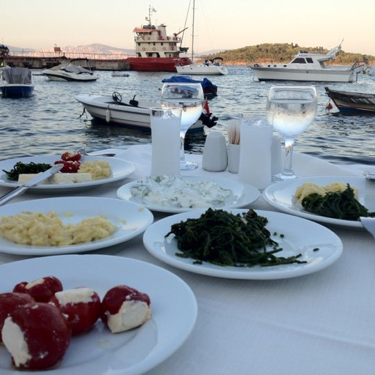 Foto diambil di Yasemin Restaurant oleh İsmail T. pada 8/26/2012
