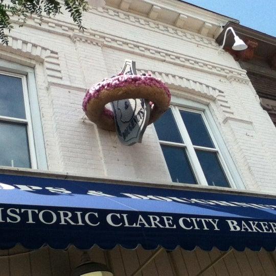 รูปภาพถ่ายที่ Cops & Doughnuts Bakery โดย Kaylea S. เมื่อ 7/21/2012